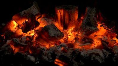 166973482-caminetto-fuoco-di-bivacco-carbone-brace