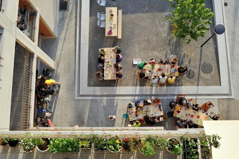 Open air dinner, Siedlung Heizenholz, Kraftwerk1, Zurich Adrian Streich Architekten, Zurich, 2012 © Katrin Simonett/VG Bild-Kunst, Bonn 2017