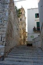 Conversano,_mura_megalitiche_e_campanile_di_San_Benedetto_-_panoramio