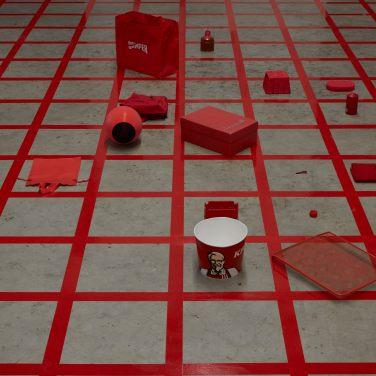 Alison Knowles, Homage to Each Red Thing, 1996, veduta dell'installazione, Pirelli HangarBicocca, Milano, 2017. Courtesy Alison Knowles, James Fuentes, New York, e Pirelli HangarBicocca, Milano. Foto: Agostino Osio