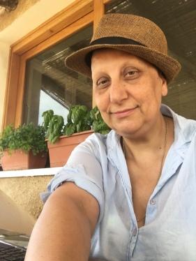 """30 giugno 2016 – Stazzo Zirrulia, Veranda. Richiedo gli accrediti per """"Time in Jazz"""". Il computer e la connessione sono lentissimi. Il cappello è il mio compagno, assolutamente vietato prendere il sole. Aiuto."""