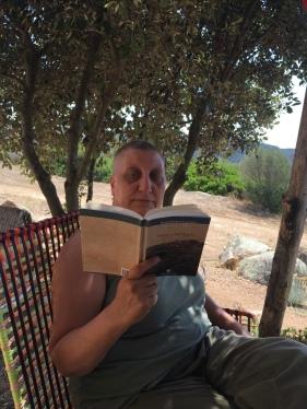"""26 luglio 2016 – Stazzo Zirrulia, Veranda. Leggo """"Sole e Sardegna"""" di Lawrence consigliato da Scotti."""