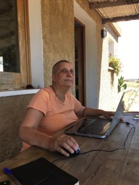 28 luglio 2016 –Stazzo Zirrulia, Veranda. Scrivo e penso. Ma che penso!