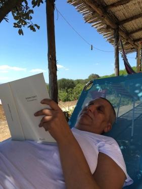 02 agosto 2016 – Stazzo Zirrulia, Veranda. Sdraiata leggo. Se non divento un intellettuale adesso. Quando?