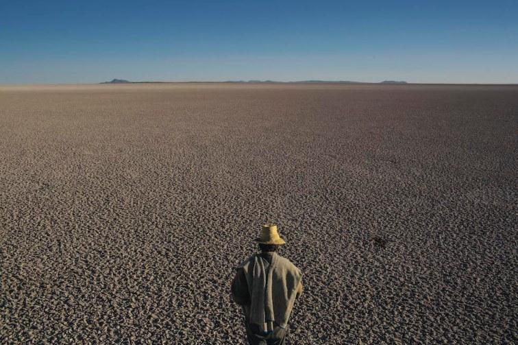 Il lago Poopo, secondo per estensione in Bolivia dopo il Titicaca, si è prosciugato nel 2015 per cause anche legate alle attività umane: riscaldamento globale e riduzione dei ghiacciai andini che lo alimentavano, siccità prolungate e derivazione di acqua degli immissari per agricoltura e imprese minerarie. Migliaia di persone che abitavano le rive, soprattutto pescatori, sono state costrette a migrare. Il lago si è in parte ricostituito nel 2018 grazie a piogge straordinarie. ©Mauricio Lima