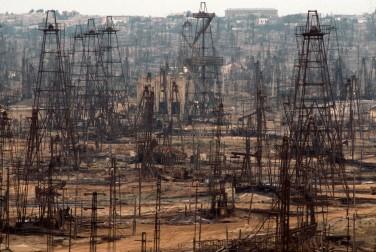 Un campo petrolifero abbandonato in Azerbaijan: l'estrazione di combustibili fossili, oltre ad aver provocato gravi danni ambientali in molte regioni del pianeta, è la causa principale dell'aumento di emissioni di gas a effetto serra che determinano il riscaldamento globale. È importante passare prima possibile a un'economia basata su fonti energetiche rinnovabili e pulite. © Gerd Ludwig