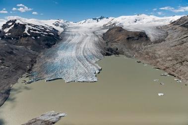 Il grande ghiacciaio Bridge (British Columbia, Canada occidentale) soffre le estati sempre più calde: si è ritirato di ben 3 chilometri in appena 12 anni tra il 2004 e il 2016, circa 250 metri all'anno. La sua contrazione farà diminuire il deflusso d'acqua verso gli impianti idroelettrici del fiume Bridge, che oggi soddisfano la domanda elettrica di circa 350.000 abitanti. © James Balog