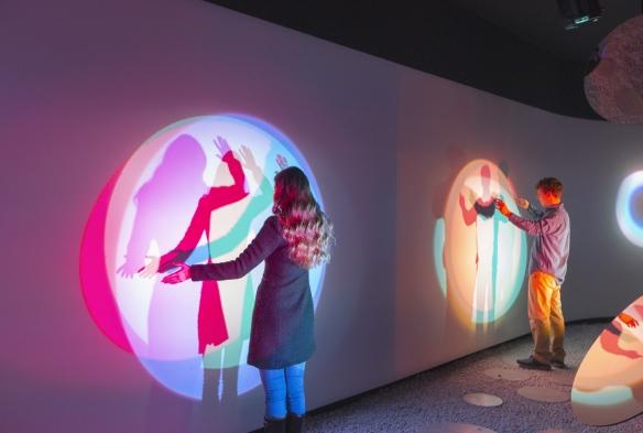 Samsung, interazione tra persone e spazio attraverso un gioco di forme e colori proiettato sulle pareti